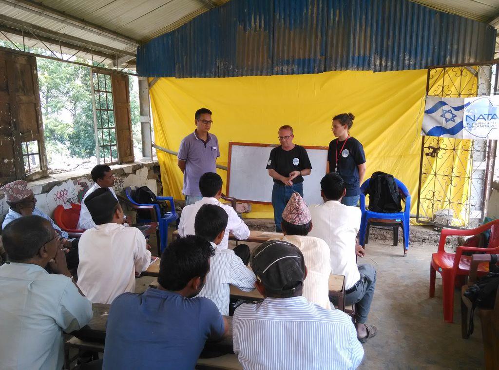Les volontaires de Natan dirigeant une session de formation pour les enseignants dans la région Sidhupalchowk, l'une des régions les plus durement touchées après les tremblements de terre, où de nombreux villages ont été complètement détruits. (Crédit : Yoav Ben Bassat / Natan)