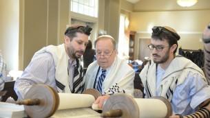 De gauche, Bradley Bain, Bain Elliott et Yehuda Halper à la lecture de la Torah au Congregation Beth Israel à Metairie (Alexander Barkoff)