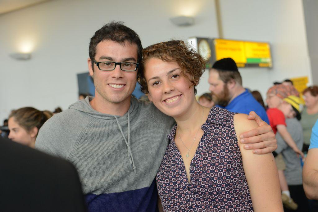 Les frères et sœurs Yaniv et Hilla Singerman ont immigré en Israël le 14 juillet, 2015 (Crédit : Shahar Azran avec l'autorisation de Nefesh BNefesh)