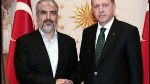 Le Président Recep Tayyip Erdogan, à droite, avec le chef du Hamas Khaled Mechaal, à gauche, avant leur réunion au palais présidentiel à Ankara, en Turquie, le 12 août 2015 (Crédit : capture d'écran Youtube / TayyipErdoganArabic)