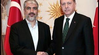 Le président turc Recep Tayyip Erdogan, à droite, avec le chef du Hamas Khaled Mechaal avant leur réunion au palais présidentiel à Ankara, en Turquie, le 12 août 2015. (Crédit : capture d'écran Youtube/TayyipErdoganArabic)