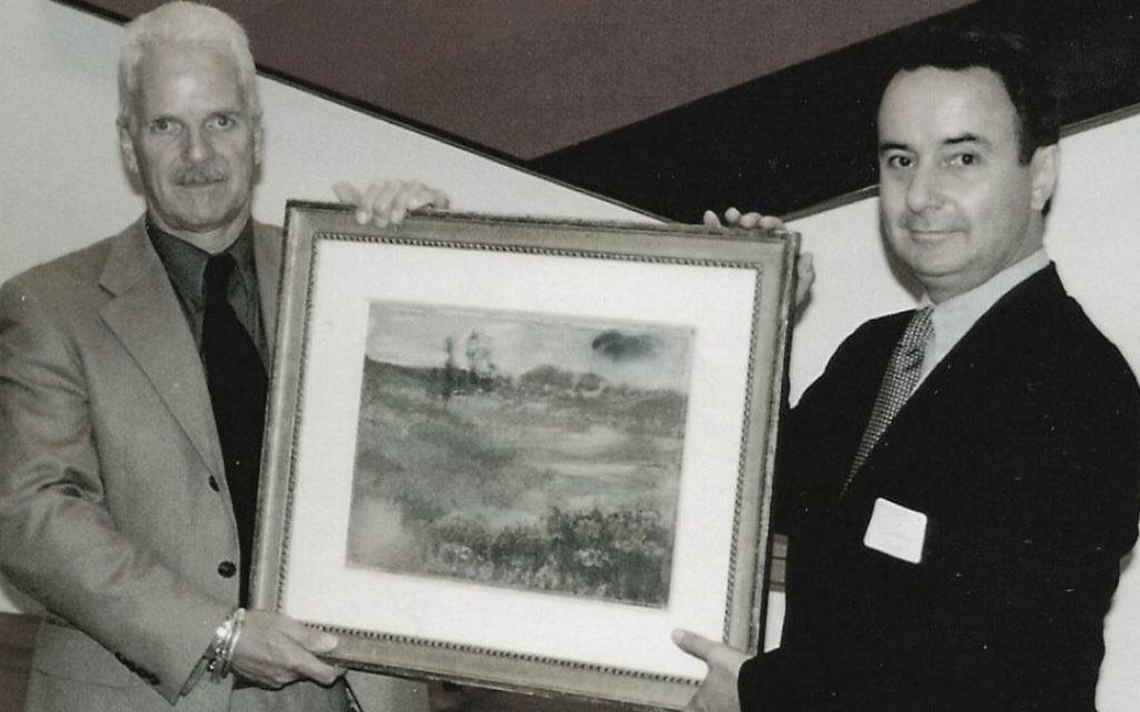 """Les frères Nick et Simon Goodman tenant """"Paysage"""" de Degas récupéré, Chicago 1998. (Crédit : Autorisation de la famille Goodman)"""