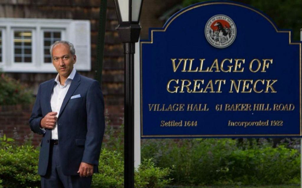 Pedram Bral Juif orthodoxe perse qui a  été élu  maire de Great Neck, NY le  18 juin 2015 (Credit photo: Uli Seit / © Newsday LLC)