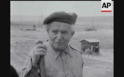 David Ben Gourion travaillant dans une ferme agricole peu avant son rappel en 1955 au poste de ministre de la Défense (Capture d'écran YouTube / British Movietone)