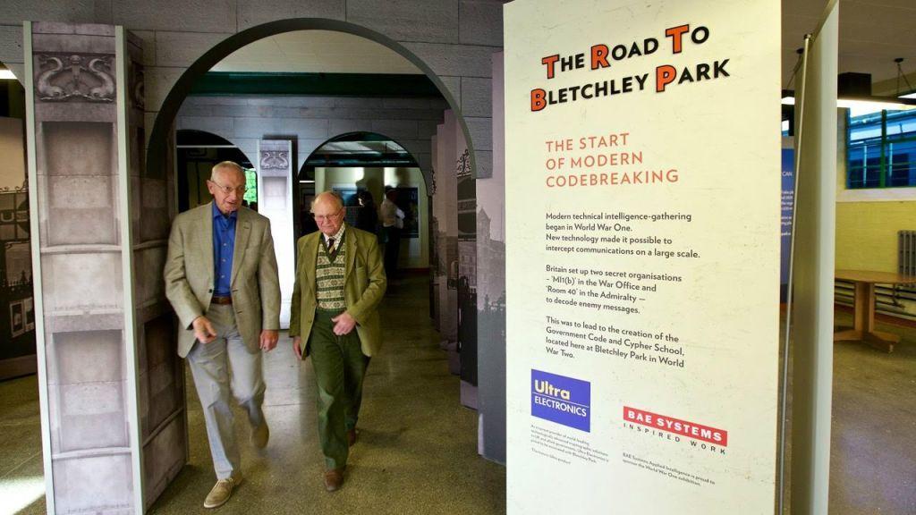 Deux anciens combattants assistent le 29 juillet 2015 à l'ouverture de l'exposition  sur la Première Guerre mondiale  « The Road to Bletchley Park » (Crédit : Shaun Armstrong)