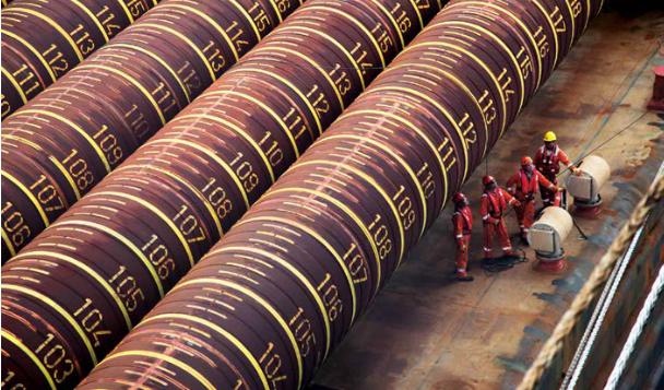 Comment joindre la plate-forme de traitement de gaz Tamar  au fond de la mer ? Huit cylindres creux en acier de 150 m de long et pesant 500 tonnes chacun. (Crédit : Autorisation de Noble Energy)