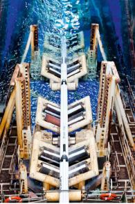 Le tuyau de la ligne est soudé sur le navire et ensuite introduit dans un « limon ». Le limon est une rampe dépassant de la poupe du navire qui descend doucement vers le lit de la mer à 1678 m sous la mer. (Crédit : Noble Energy)