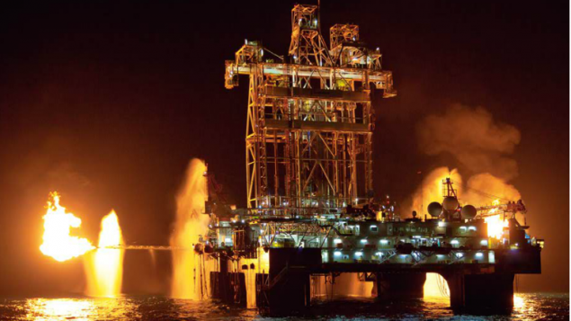 Dans cette photo non datée de Noble Energy, la compagnie fait un test de reflux pour fournir une estimation plus précise de la quantité de gaz naturel et le potentiel économique du puits (Crédit : Noble Energy)
