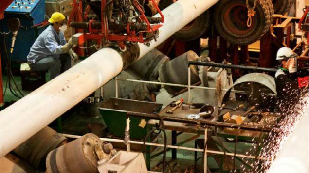 Les tuyaux qui transportent le gaz sous pression sur le plancher de la mer sont soudés avant d'être jeté (Crédit : Autorisation de Noble Energy)