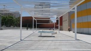 Les bandes de maille de 'Under Blue Sky,' une autre alternative à l'ombre urbaine au Design Museum de Holon (Crédit photo : Luke Tress / Times of Israël)