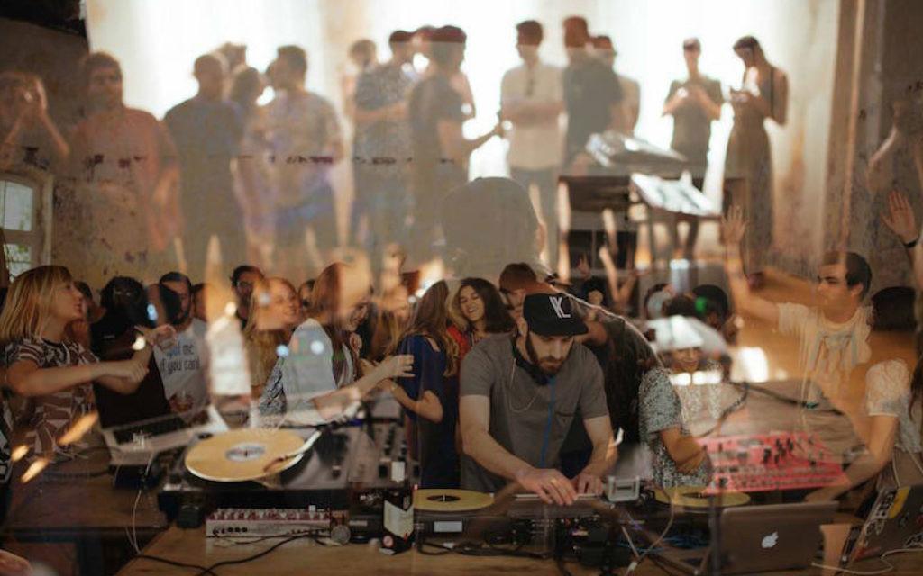 Le DJ israélien Yarin Lidor jouera au club le prince Charles à Berlin (Crédit : Ben Kirschenbaum / JTA)