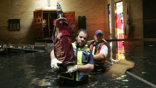 Les membres du ZAKA en train de sauver les rouleaux de Torah de la Congrégation Beth Israël après que l'ouragan Katrina ait frappé, août 2005. (Crédit : ZAKA)