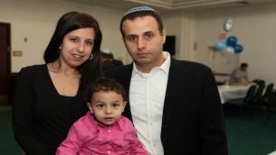 """Esther Alian de Great Neck avec son mari, Rony, et leur fille Leeron. «Jusqu'où peut-on s'ingérence dans les affaires [de l'Iran] et les empêcher d'atteindre leurs objectifs?"""" demande  la diplômée de l'université hébraïque. (Photo: Autorisation)"""