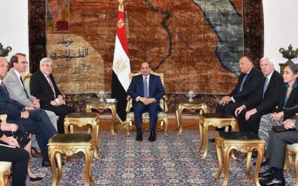 Le président égyptien Abdel Fattah al-Sissi, au centre, avec une délégation de six personnes de l'American Jewish Committee, juillet 2015  (JTA / Autorisation de Ken Bandler)