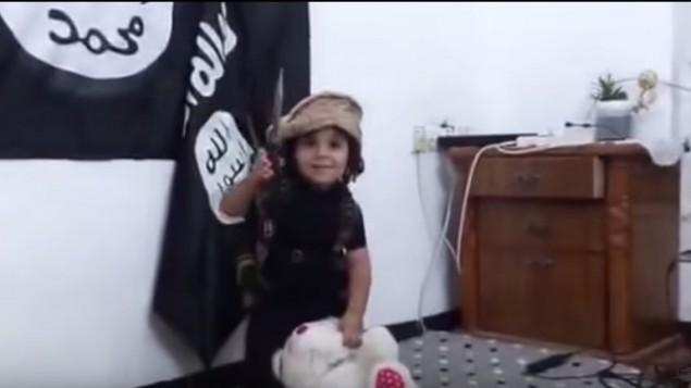 Un enfant décapite un ours en peluche dans une vidéo semblable à celles du groupe Etat islamique. (Crédit : capture d'écran YouTube)