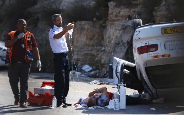 Des secouristes israéliens soignent l'un des trois soldats blessés dans un attentat à la voiture à un carrefour en Cisjordanie le 6 août, 2015 (Photo: AFP PHOTO / STR)