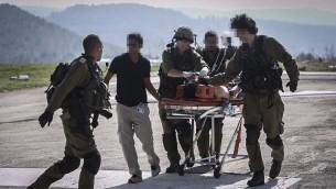 Des soldats israéliens évacuent un blessé par hélicoptère vers l'hôpital Hadassah Ein Kerem à Jérusalem, après que l'homme ait été blessé dans une attaque terroriste  sur la route 60, en Cisjordanie, le 6 août 2015 (Crédit photo: Yonatan Sindel / Flash90)