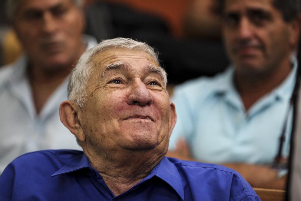 L'ancien maire de Ramat Gan Zvi Bar à la Cour de district de Tel-Aviv, le 4 juin 2015. Bar a été reconnu coupable de corruption, d'abus de confiance et blanchiment d'argent, et condamné à cinq ans et demi de prison (Crédit : Flash90)