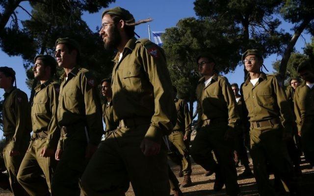 Photo illustrative de soldats religieux barbus. (Miriam Alster/Flash90)