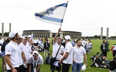 Les membres de l'équipe de Maccabi d'Israël à ce qu'on appelle Maifeld, où les nazis détenaient autrefois les rassemblements de masse, le 28 juillet, 2015. (AFP PHOTO / TOBIAS SCHWARZ)