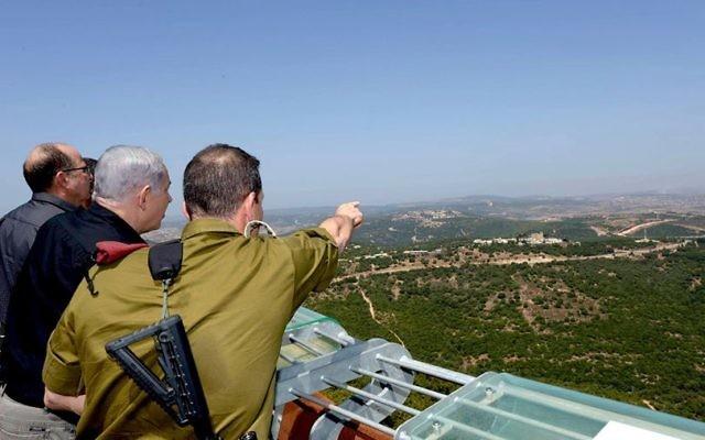 De droite à gauche, le general Aviv Kochavi, le Premier ministre Benjamin Netanyahu et le ministre de la Défense Moshe Yaalon à la frontière nord  le 18 août 2015 (Crédit photo: Amos Ben Gershom, GPO)