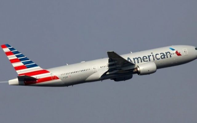 Décollage d'un Boeing 777 d'American Airlines (CC-BY-SA Sergey Kustov / Wikimedia Commons)
