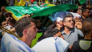 Des Palestiniens portent le corps de Saad Dawabsha, le père du bébé palestinien tué par une attaque au cocktail Molotov sur leur maison le 31 juillet. Dawabsha est décédé dans un hôpital de la ville du sud d'Israël Beersheba où il était traité pour brûlures au troisième degré tandis que sa femme Riham et son fils de quatre ans luttent encore pour leur vie. Il a été enterré le 8 aôut. (Flash 90)