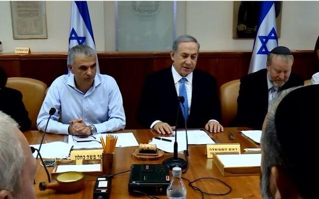 Benjamin Netanyahu et Moshe Kahlon à la réunion du cabinet, août 2015 (Capture d'écran: Youtube Israelipm)