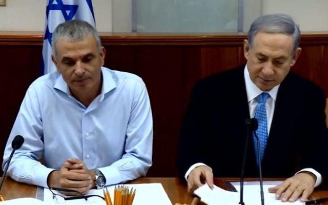 Le Premier ministre Benjamin Netanyahu et le ministre des Finances, Moshe Kahlon à la réunion hebdomadaire du cabinet à Jérusalem, en août 2015. (Crédit : capture d'écran YouTube/IsraeliPM)