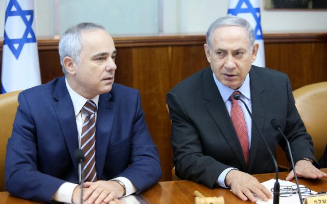 Le Premier ministre Benjamin Netanyahu (à droite) et le ministre de l'Énergie Yuval Steinitz assistent à la réunion hebdomadaire du cabinet à Jérusalem le 16 août 2015 (Crédit photo: Marc Israël Sellem / Pool)