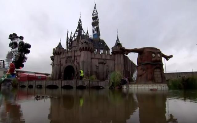 Le château de cendrillon du parc Dismaland de Banksy (Crédit : Capture d'écran YouTube/Channel 4)