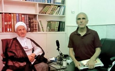 Larry Cohler-Esses (à droite) du journal juif américain Forward interviewant le Grand Ayatollah Yousef Saanei, considéré comme un modéré (Photo: Page Facebook du Jewish Daily Forward)