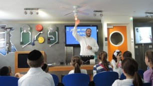 Un conférencier de Zomet  Experience explique en détail comment fonctionnent les disjoncteurs  (Photo: Melanie Lidman / Times of Israel)