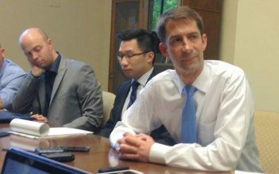 Le sénateur Tom Cotton parlant à des journalistes israéliens dans son bureau de Washington le 4 août 2015 (Raphaël Ahren)