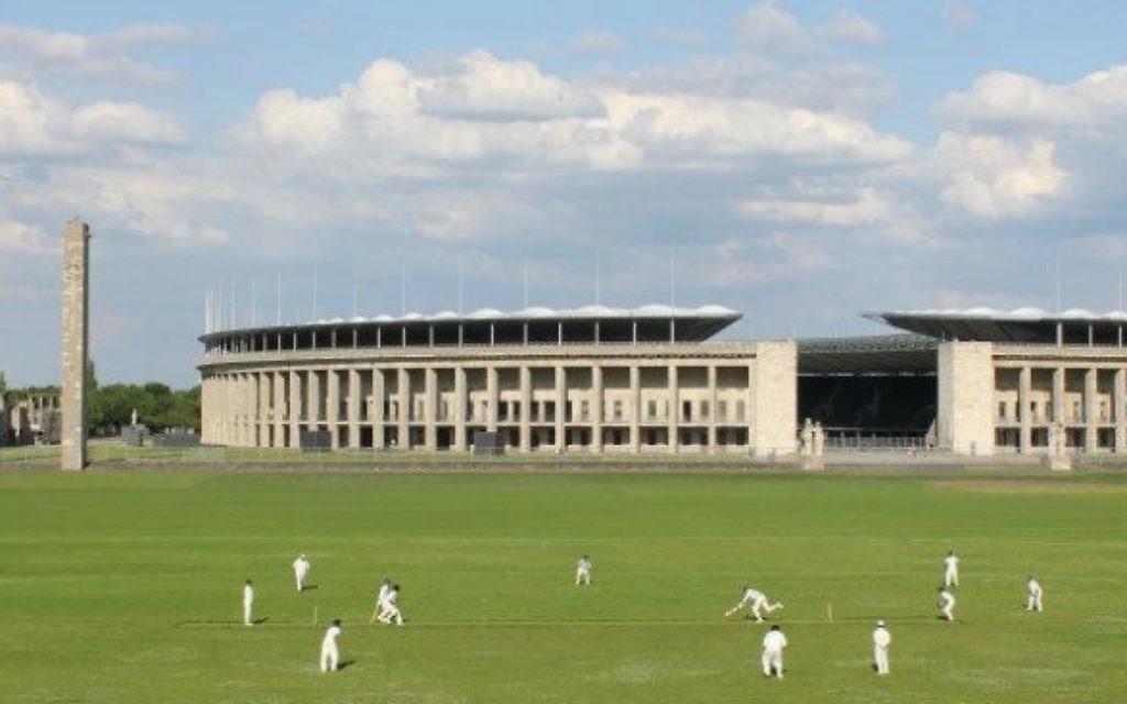 Le cricket est encore joué aujourd'hui à l'ombre du Stade olympique de Berlin (Crédit : britannia1892.de)