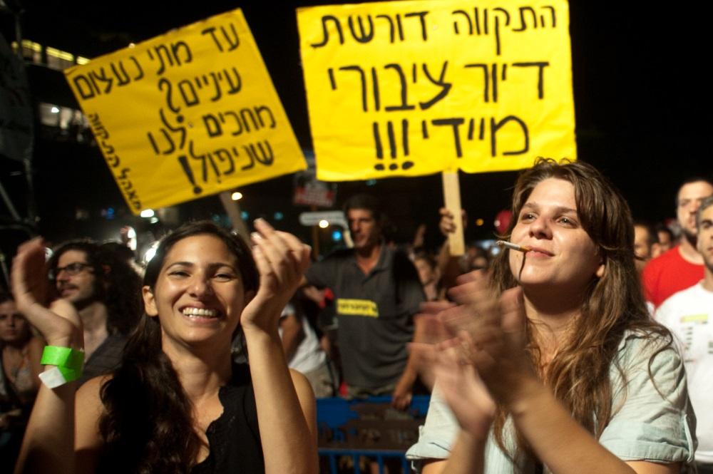 Daphni Leef (à droite), manifestant à Tel-Aviv pour un logement abordable, le 3 septembre 2011 (Crédit : Jorge Novominsky / Flash90)