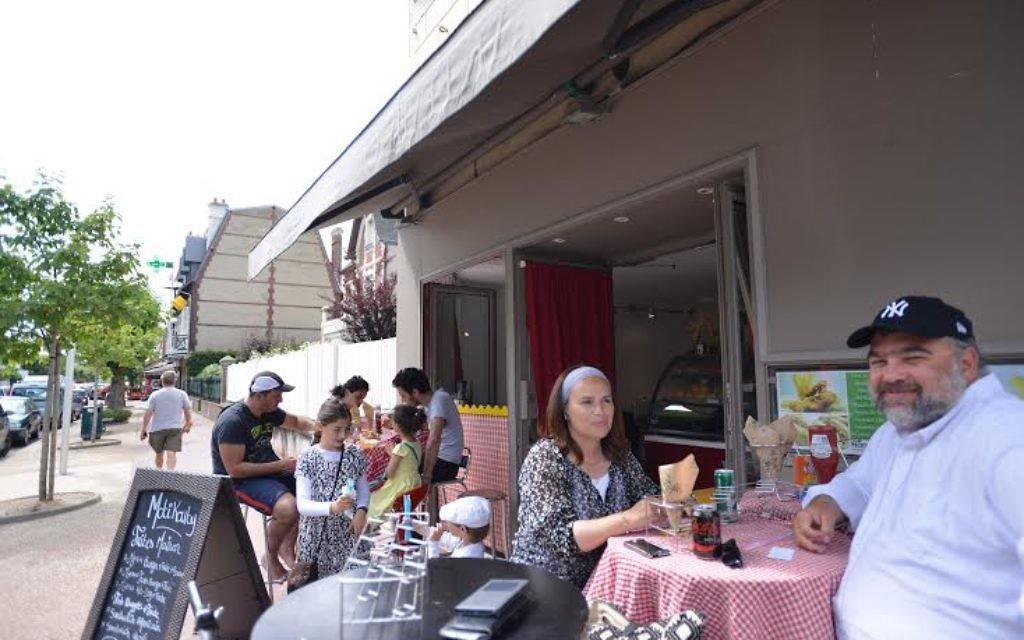 Nadia et Shimon Wilhelm dans un restaurant casher de Deauville, le 24 juillet 2015. (Photo: Cnaan Liphshiz)