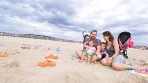 Gad et Deborah Chetboun et leurs enfants sur la plage de Deauville, le 24 juillet 2015. (Photo: Cnaan Liphshiz)