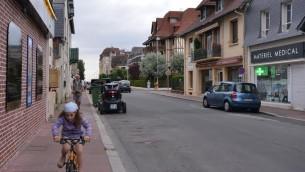 Un touriste de Russie et sa petite-fille à Deauville, le 24 juillet 2015 (Photo: Cnaan Liphshiz)