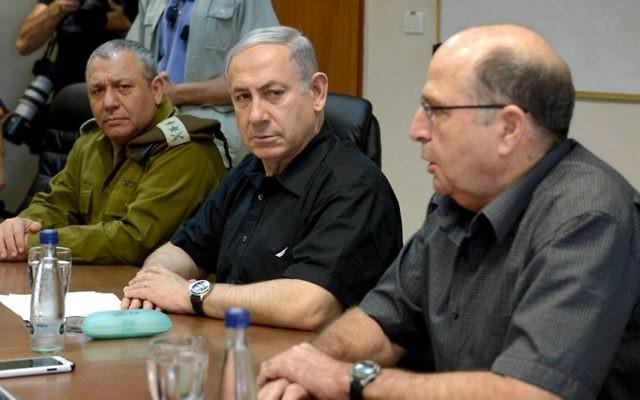 De gauche à droite, le chef d'état-major Gadi Eizenkot, le Premier ministre Benjamin Netanyahu et le ministre de la Défense Moshe Yaalon lors d'une visite de la frontière nord, le 18 août  2015 (Crédit photo: Amos Ben Gershom / GPO)