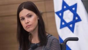 La députée Karin Elharar (Yesh Atid), présidente de la commission du contrôle de l'État à la Knesset, préside une réunion de la commission, le 8 juin 2015. (Crédit : Miriam Alster/Flash90)