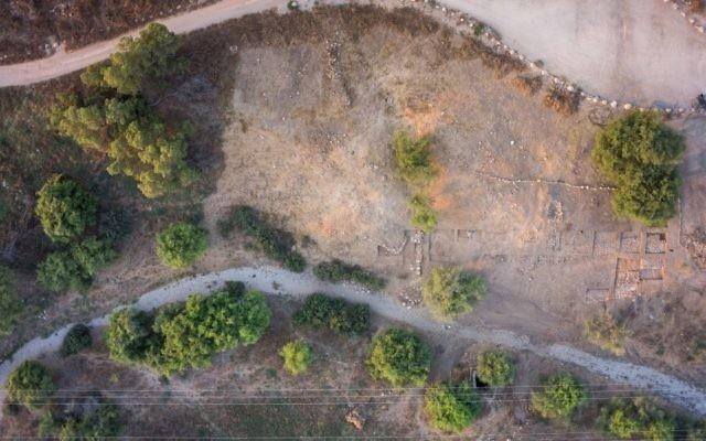 Une vue aérienne de la récente découverte faite par des archéologues israéliens. L'université de Bar Ilan a annoncé la découverte d'une entrée de la ville monumentale et la fortification de la ville biblique de Gath (la maison de Goliath) le 4 août 2015. (Crédit : Griffin imagerie aérienne)