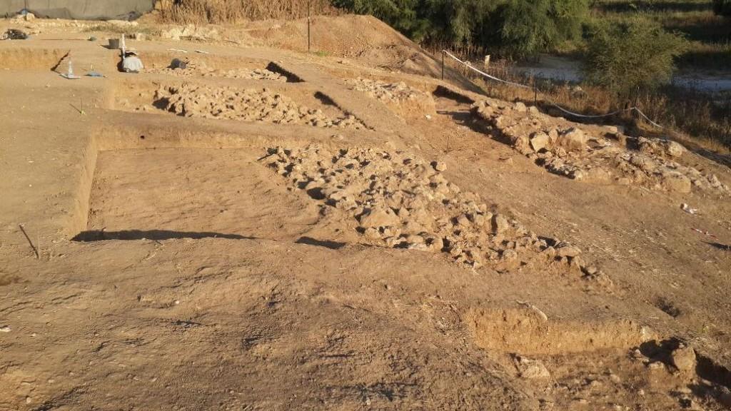 Les archéologues israéliens annoncent la découverte d'une entrée de la ville monumentale et la fortification de la ville biblique de Gath  (la maison de Goliath) le 4 août 2015 (Crédit : Université Bar Ilan)