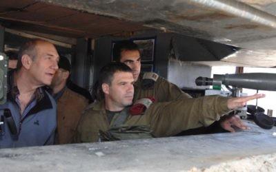 Le général de brigade Gal Hirsch, au centre, avec le Premier ministre d'alors Ehud Olmert (Crédit photo: Moshe Milner / GPO / Flash90)
