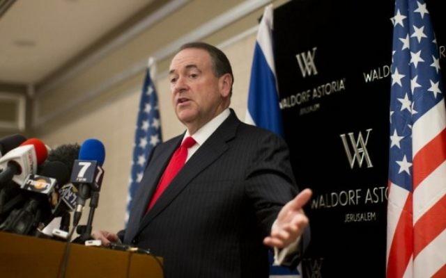 Le candidat à l'investiture du parti républicain pour la presidentielle américaine Mike Huckabee prend la parole lors d'une conférence de presse à l'hôtel Waldorf Astoria de Jérusalem le 19 août 2015. (Crédit photo: Yonatan Sindel / Flash90)