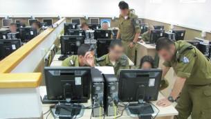 Des cadets en formation dans l'unité de Cyber Défense de l'armée israélienne, le 10 juin 2013 (Crédit : Unité de porte-parole de Tsahal)