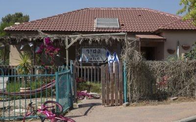 Une caravilla, logement temporaire, avec un panneau indiquant Katif. (Hadas Parush / Flash90)