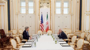 Le secrétaire d'Etat américain John Kerry en face du ministre iranien des Affaires étrangères Mohammed Javad Zarif pendant la négociation de l'accord nucléaire iranien, le 1er juillet 2015, à Vienne, en Autriche. (Crédit : département d'État)