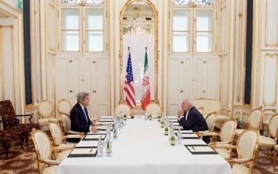 Le secrétaire d'Etat américain John Kerry face au ministre iranien des Affaires étrangères Mohammed Javad Zarif pendant la négociation de l'accord nucléaire iranien, à Vienne, en Autriche, le 1er juillet 2015. (Crédit : département d'État)