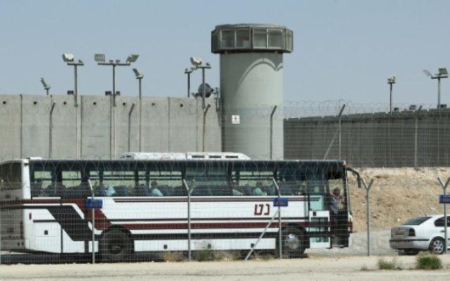 Un autobus devant la prison de Ketziot, le 3 août 2009. Illustration. (Crédit : Moshe Shai/Flash90)